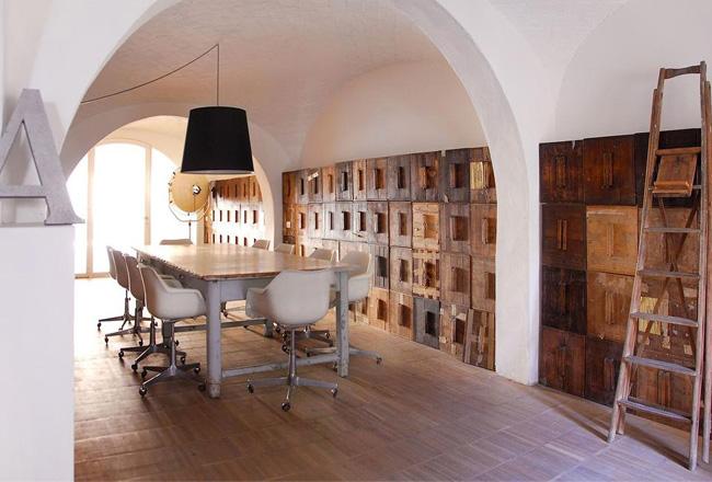diseño interior en un loft con cajas de madera -comedor armario