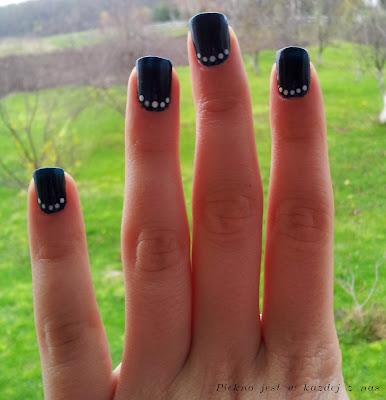 Białe kropeczki na ciemnym tle, kropki na paznokciach