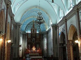 Catedral Diocesana de Caxias do Sul. Altar principal e cúpula vistos da entrada do templo.