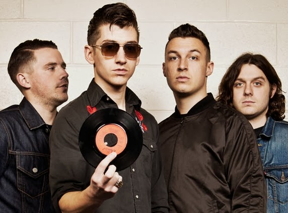 "Veja Arctic Monkeys fazem performance acústica de ""Do I Wanna Know?"""