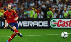 Andrés Iniesta lanzando un penalti en la Eurocopa 2012