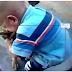 فيديو: معركة طريفة بين طفل وكلب
