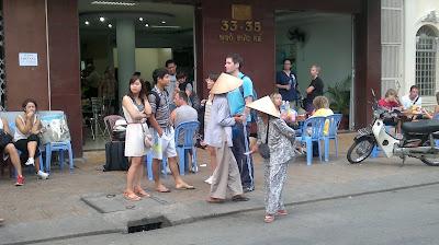 Кан То, Вьетнам, Уличные продавцы ловят удачу у отеля