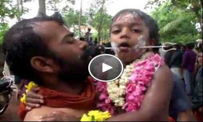 بالفيديو شاهد كيف يثقب خدود الأطفال والرجال بالرماح فى مهرجان بالهند