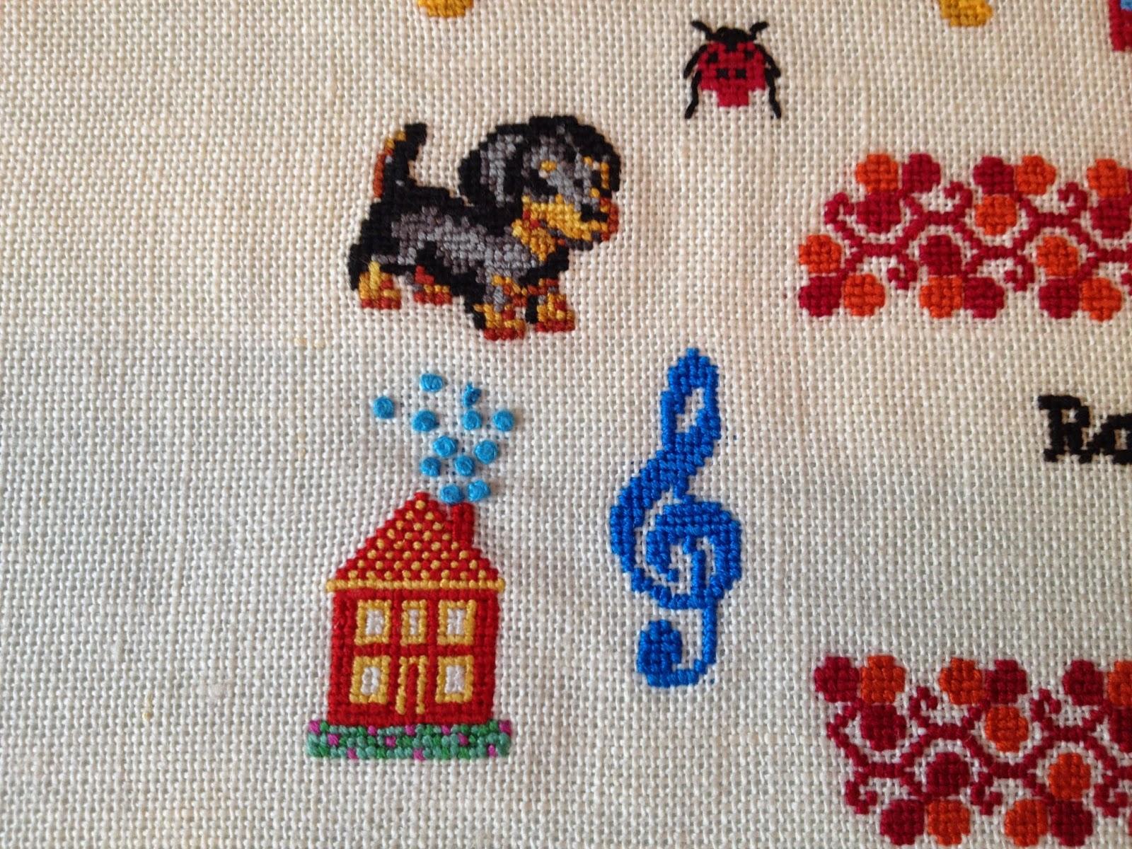 Hund, hus og G-nøgle. Navnebroderi i korssting. Navneklud. Fødselsbroderi.