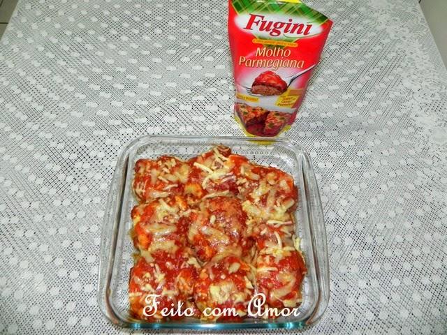 Polpetones empanados e gratinados com molho Parmegiana Fugini delicioso