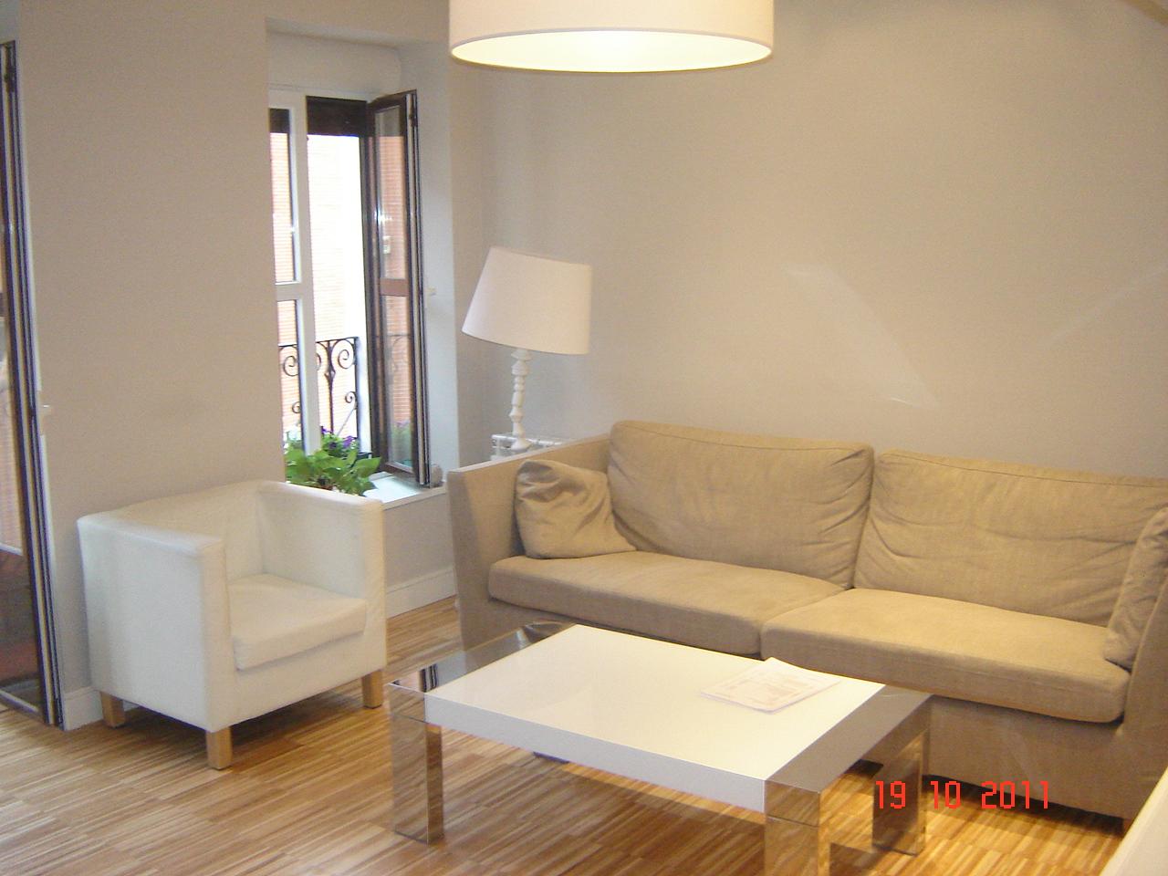 Proyecto axioma reforma de una vivienda en madrid for Puertas y paredes blancas