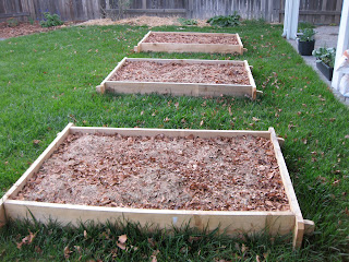 Layers of organic material in lasagna gardening
