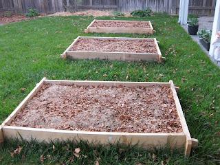 Layers of organic material in lasagna gardening