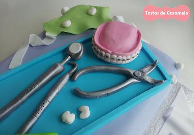 Tarta de Graduación del Dentista: dentadura, babero, espejo dental, sonda de exploracion y alicates dentales