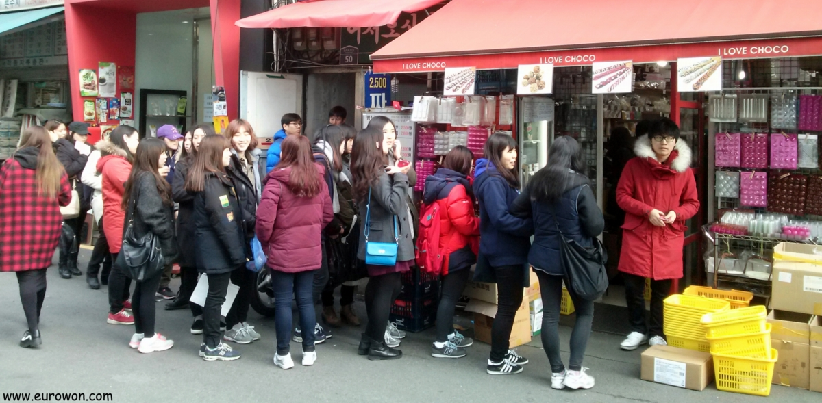Chicas coreanas haciendo cola ante una tienda de alimentación en Seúl