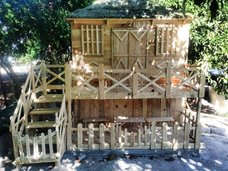 Incre ble casa de juegos hecha con for Casita de plastico para jardin