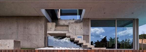 Fachada y planos de una casa moderna frente al mar for Casas con escaleras por dentro