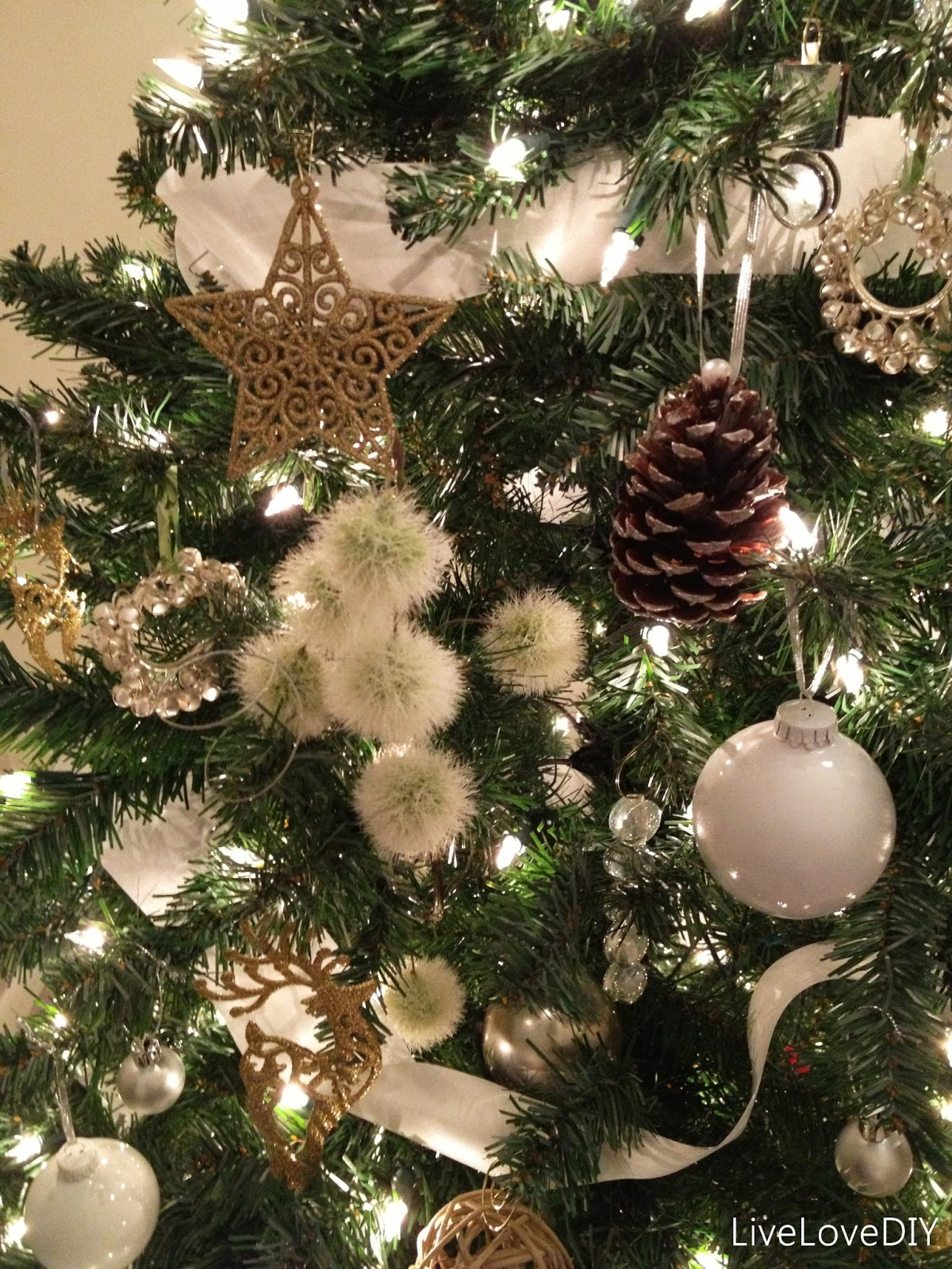 Livelovediy how to shop at a thrift store for christmas decor for Decorating pine cones for christmas tree