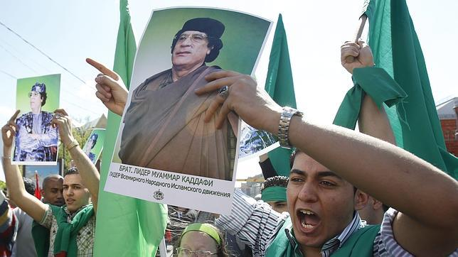 El comunismo retro, panfletario y fetichista. El sovieto-centrismo.  Gadafi989--644x362
