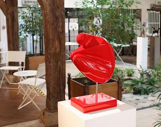 Exposition Espace-Galerie des femmes : Penseuse résine rouge