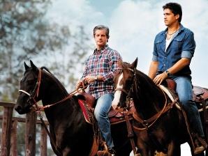 Victor e Leo montados em cavalos