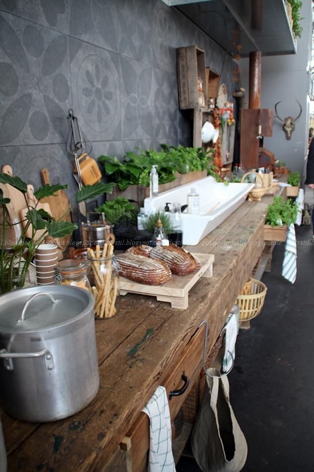 Blick auf die gesamte Küche in Grau Weiß Holz auf der Messe in Amsterdam 2015 vt wonen en design beurs