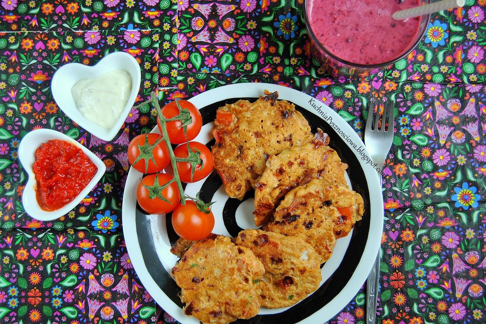 303. Gryczane placuszki z pomidorami i serkiem wiejskim