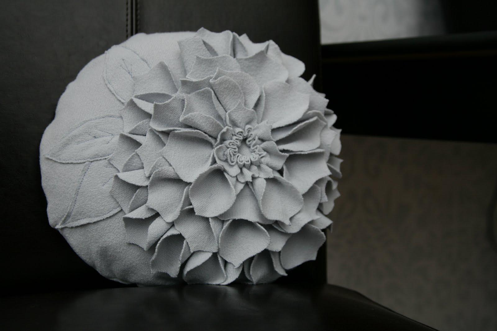 Squeezing it all in flower pillow form cover - Comment faire un coussin de sol ...