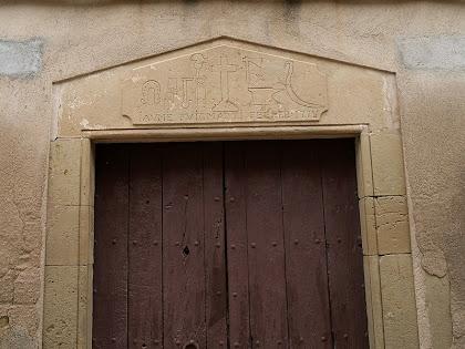 Llinda de Can Marfà amb la representació de les eines relacionades amb un ferrer