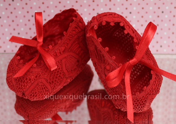 sapatinho bebê vermelho bordado renascença