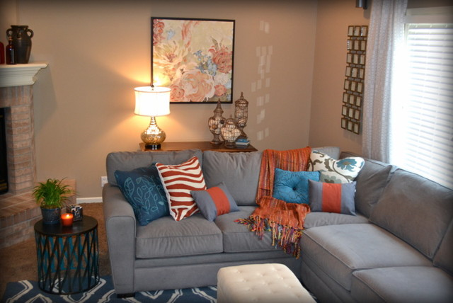 en gris y naranja  Ambos colores se entremezclan entre muebles y