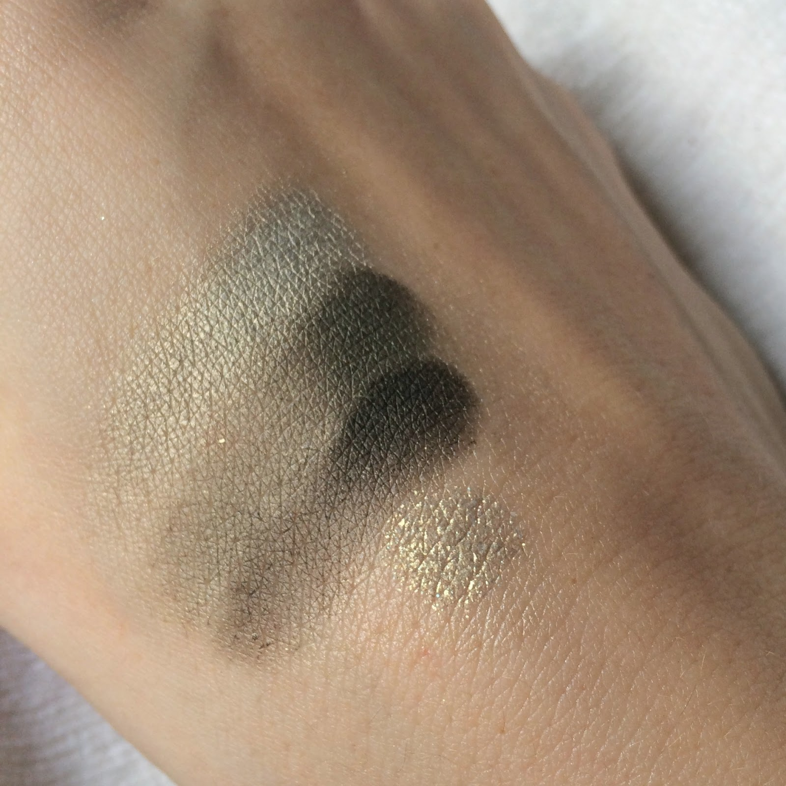 Bourjois-Quad-Smoky-Stories-eyeshadow-rock-this-khaki-green-swatch