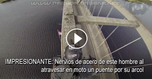 VIDEO IMPRESIONANTE: Nervios de acero de este hombre al atravesar en moto un puente por su arco