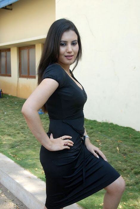 Sexy Anu Smrithi in Black Dress Wallpapers