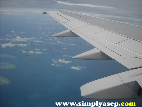 Terbang di atas ketinggian 30.000 adalah sensasi yang luar biasa.  Foto ini diabadikan di atas pesawat yang membawa saya ke Denpasar.  Dokumen trip ke Bali tahun 2008.  Foto Asep Haryono