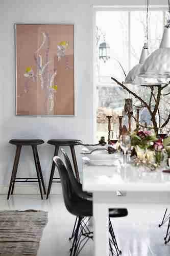Stół z naturalnymi, świątecznymi dekoracjami