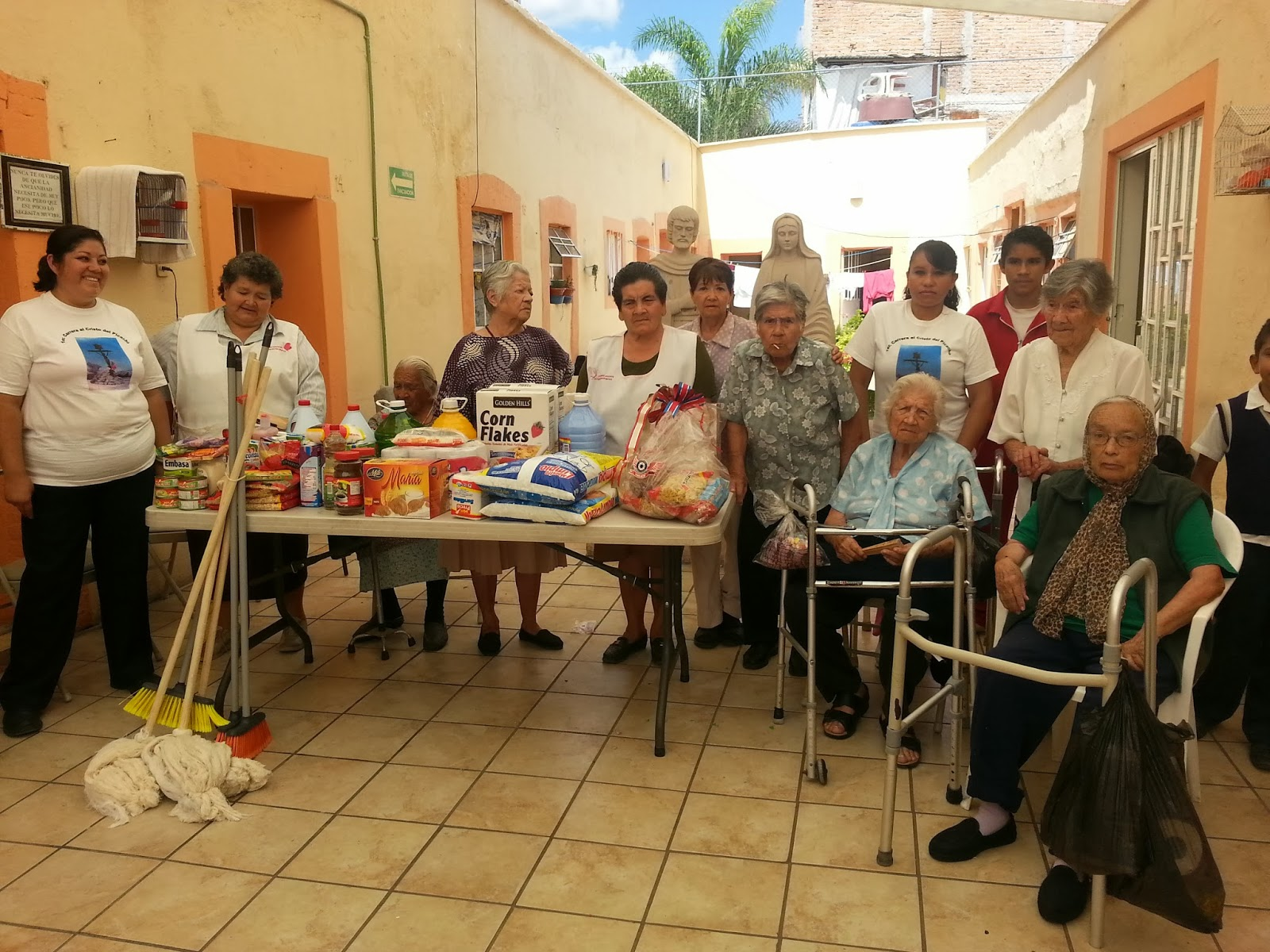 Entregan viveres a casa hogar organizadores de la carrera for Asilo in casa