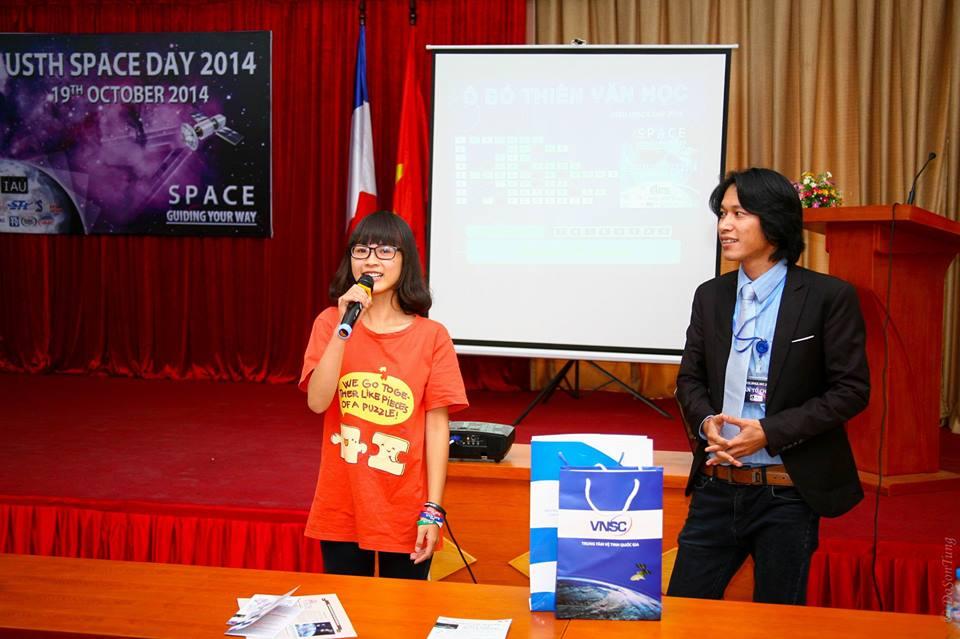 ThS. Phan Thanh Hiền đang phỏng vấn một bạn may mắn nhận được phần quà đặc biệt từ trò chơi ô chữ thiên văn học. Ảnh: Đỗ Sơn Tùng (USTH).