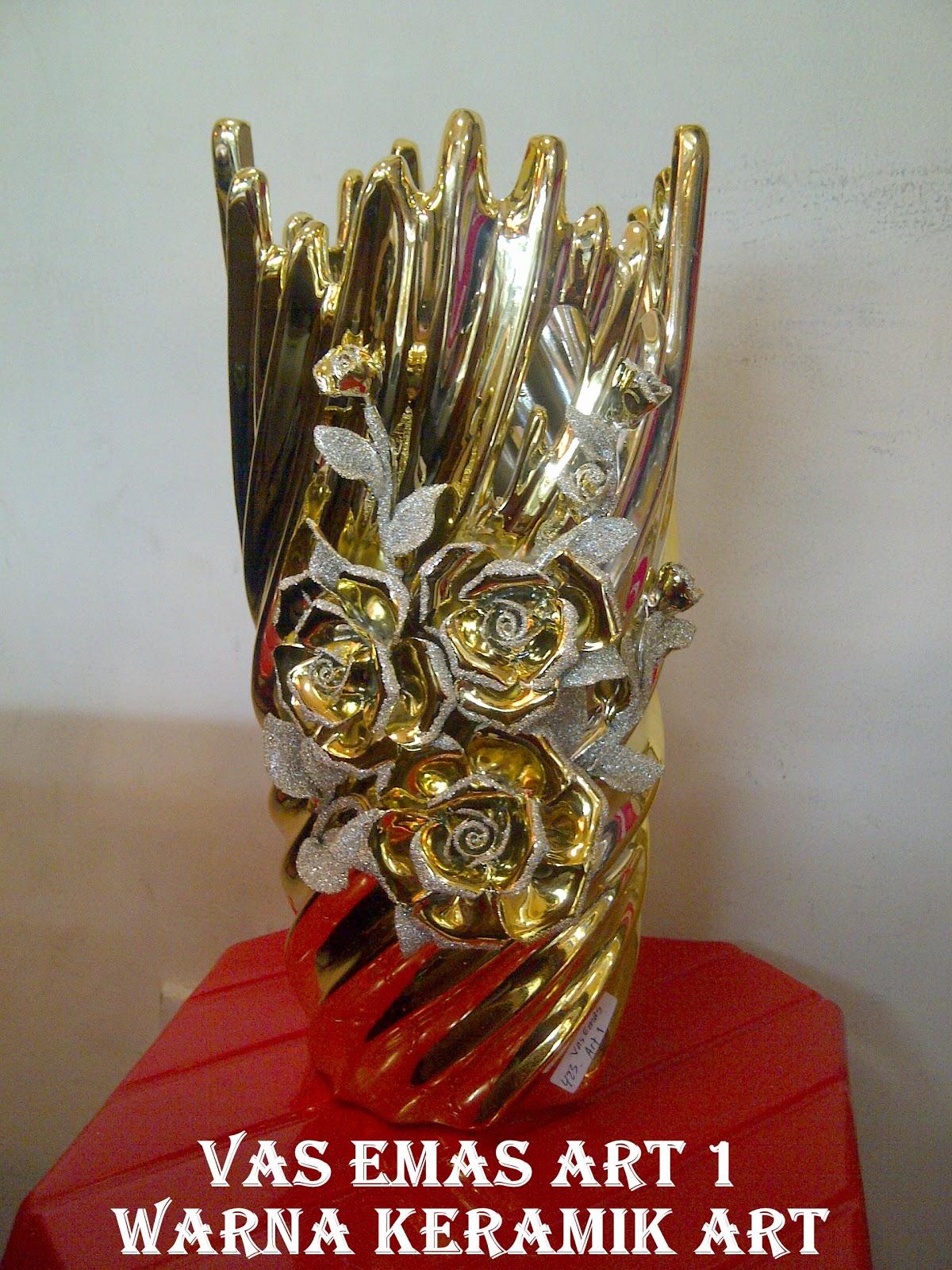 Vas bunga keramik dari bahan keramik import, warna dominan emas dengan