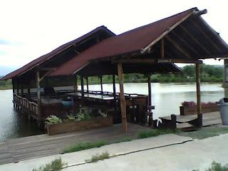 Saung belakang restoran tepi laut