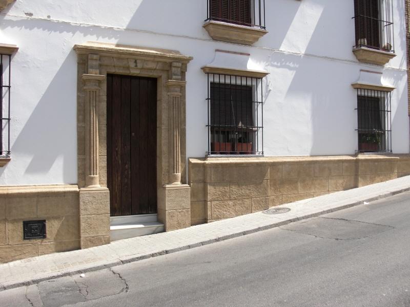 Revestimiento en piedra z calos y puertas de fachada - Zocalos de piedra ...