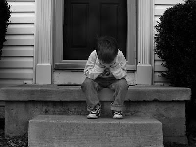 صورة طفل حزين يبكي