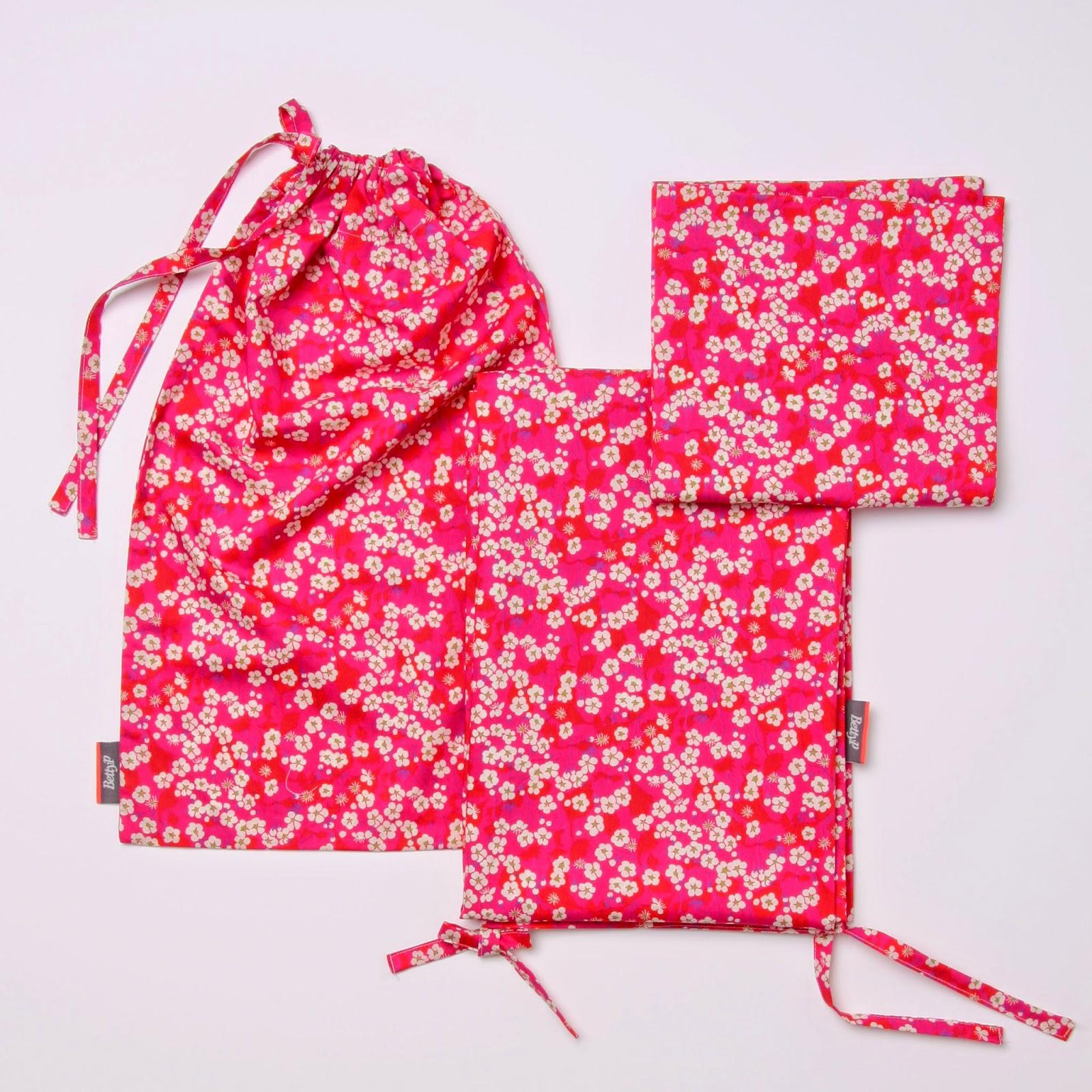 Baby sengetøj i Liberty Mitsi pink bestående af babydyne betræk, baby hovedpude betræk og syet pose.