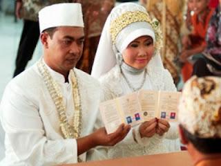 Pengantin tunjukkan buku nikah (foto Tempo)