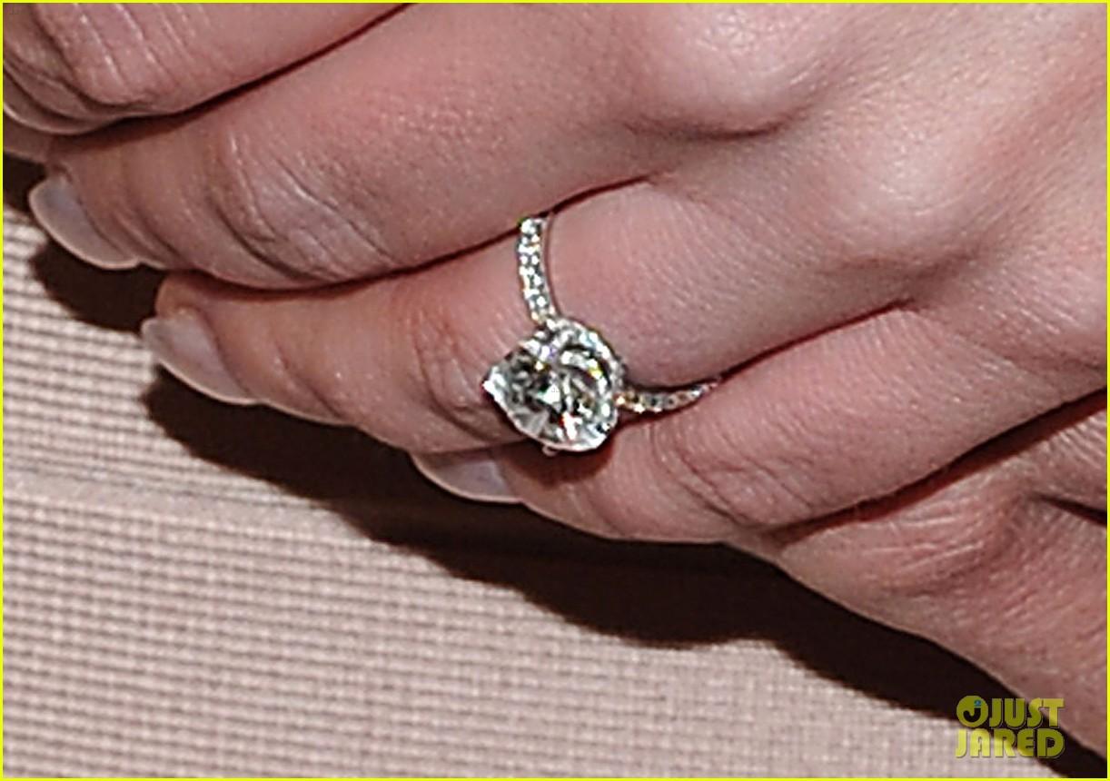 http://3.bp.blogspot.com/-30HOf2PQEyg/TuySpB8SgYI/AAAAAAAAMvA/sxw0Dau538c/s1600/britney-spears-engagement-ring-02.jpg