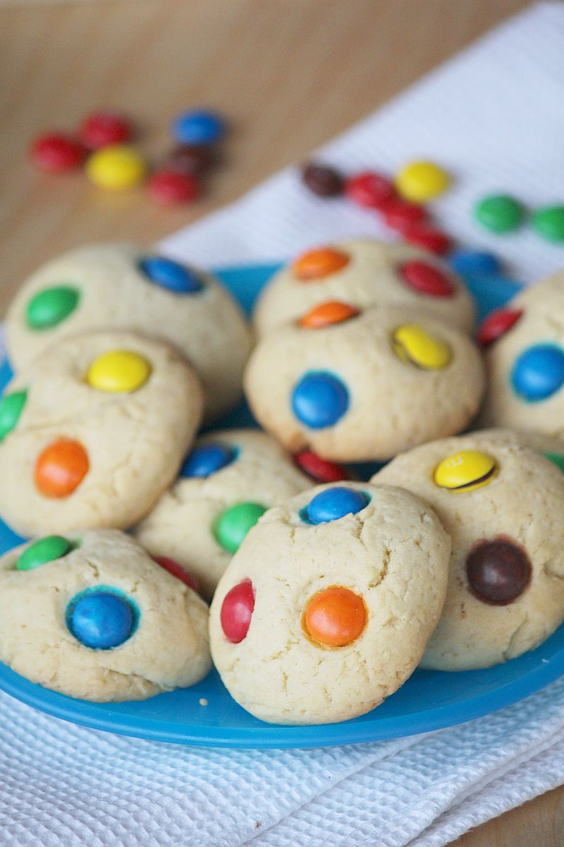 ciasteczka z kolorowymi cukierkami