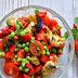 Przepis na sałatkę z kurczakiem w carry i ziołami