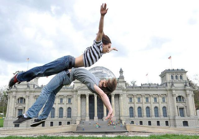 Duas pessoas pulando no ar