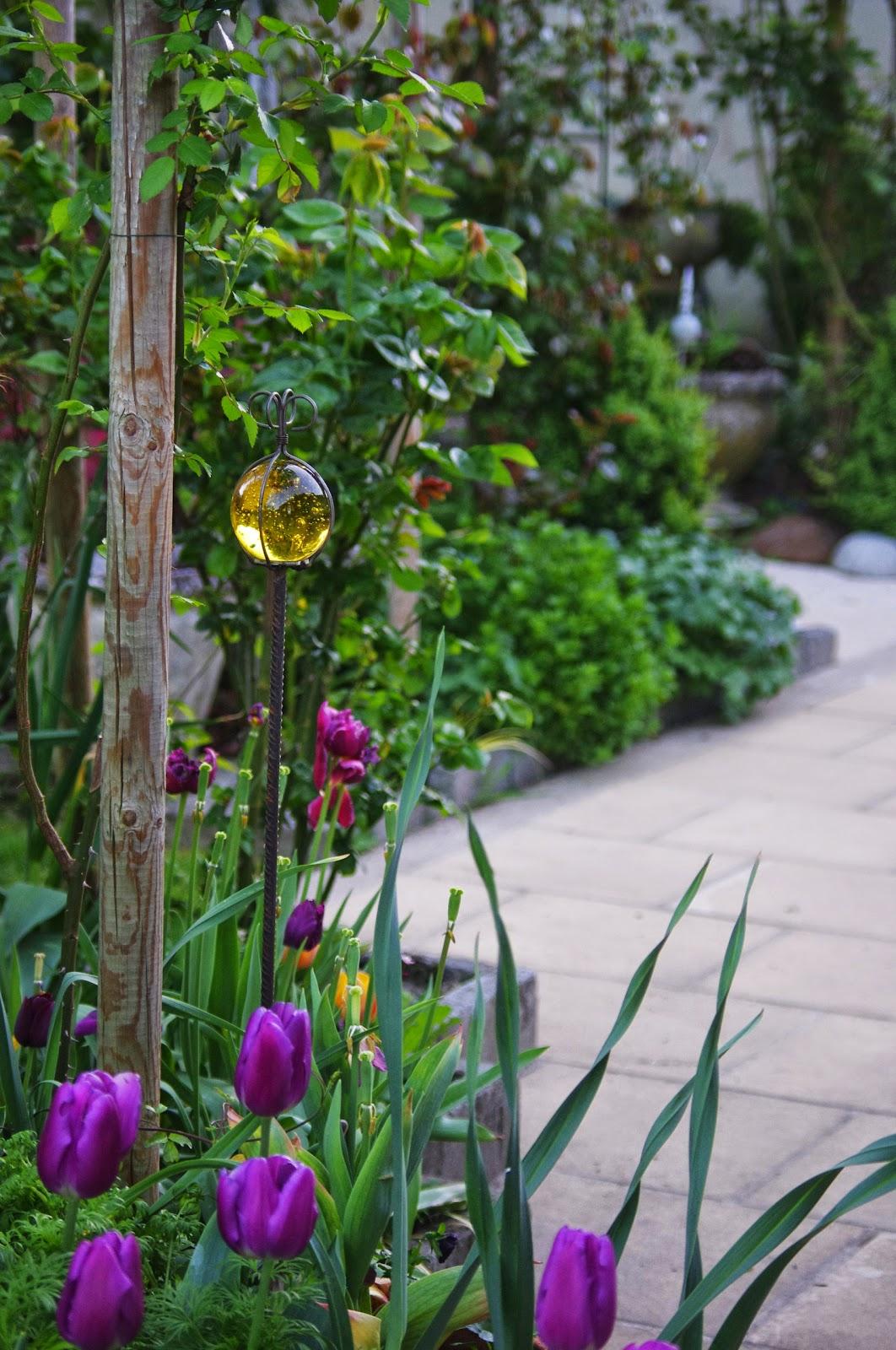 """Deco Jardin Fer A Beton _ ai plac? celle-?i pr?s du rosier blanc """"Penny Lane""""."""