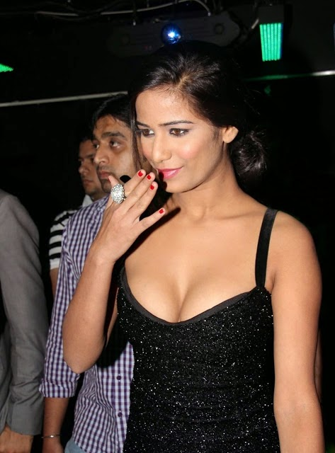poonam pandey hot cleavage photo