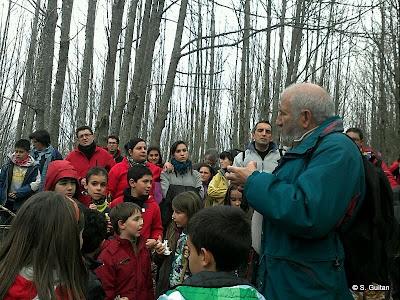 Jesus Arana muestra la ruta a los participantes