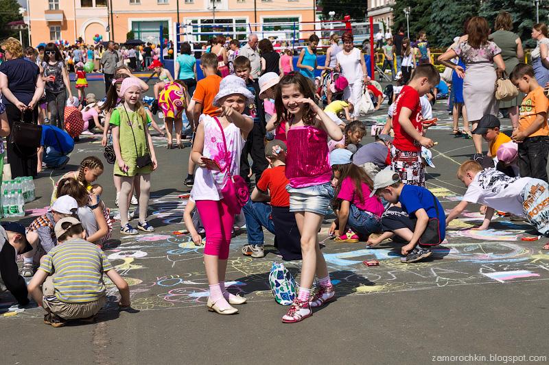 Дети рисуют на асфальте. День города в Саранске