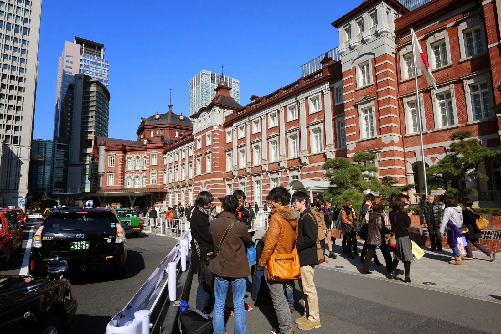 The authorities designed a wider pedestrian lane surrounded by guard rails at Tokyo Station,   preventing them from running over by vehicles in Japan