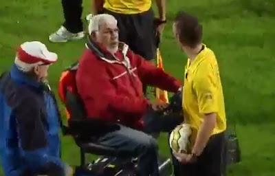 hombre en silla de ruedas eléctrica le pega al árbitro en holanda